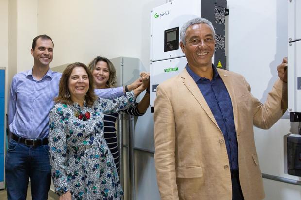 O diretor da FCE Araken Rodrigues e a reitora Márcia Abrahão dão início ao funcionamento da usina. Foto:Audrey Luiza/Secom UnB