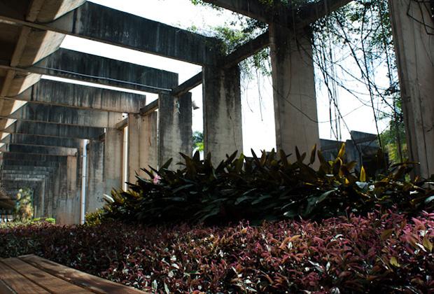 Estruturas de concreto do Instituto Central de Ciências da UnB, permeado por plantas dos jardins locais
